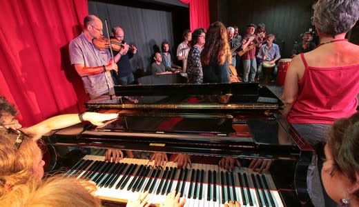 Spectacle piano, violons, chants à Fais Tes Vacances, le village aux 300 stages